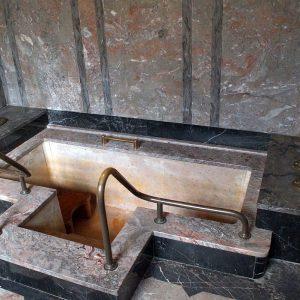 Marmorwanne in einer Fürstenzelle im Badehaus Bad Nauheim