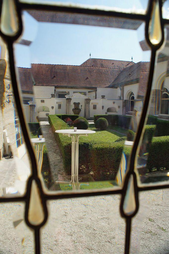 Blick in den Schmuckhof von Badehaus 5 Bad Nauheim
