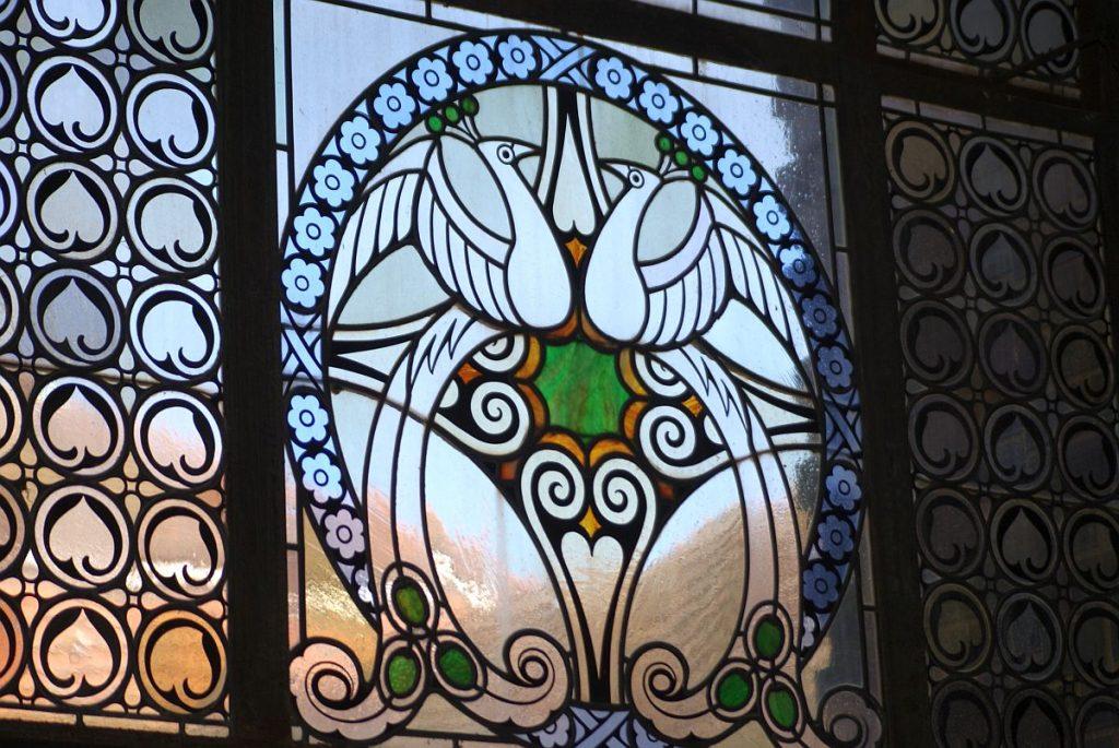 Fensterbild mit Vögeln Badehaus 2 Bad Nauheim
