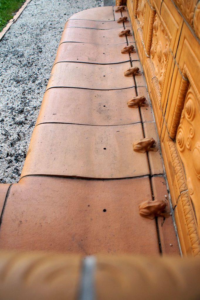 Frösche auf den Bänken des Schmuckhofs von Badehaus 7 in Bad Nauheim